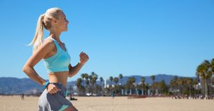 Kobieta z sprawność fizyczna tropiciela bieg Zdjęcie Stock