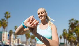 Kobieta z sprawność fizyczna tropicielem ćwiczy outdoors Obrazy Royalty Free
