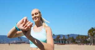 Kobieta z sprawność fizyczna tropicielem ćwiczy outdoors Zdjęcie Stock