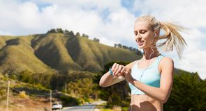 Kobieta z sprawność fizyczna tropicielem robi sportom outdoors Obraz Royalty Free