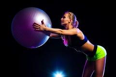 Kobieta z sprawności fizycznej piłką Zdjęcie Royalty Free