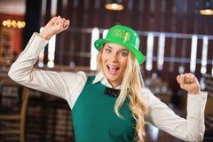 Kobieta z St Patricks dnia kapeluszem up i rękami Zdjęcie Royalty Free