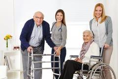 Kobieta z starszy pary dostawać Zdjęcia Royalty Free
