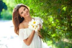 Kobieta z stokrotkami Fotografia Royalty Free