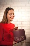 Kobieta z stosem teraźniejszość w domu Zdjęcia Stock