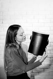 Kobieta z stosem teraźniejszość w domu Zdjęcie Stock