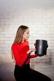 Kobieta z stosem teraźniejszość w domu Fotografia Royalty Free