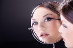 Kobieta z stosować makeup z lustrem Fotografia Stock