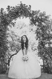 Kobieta z suknią i przesłona przy różanym bukietem obrazy royalty free