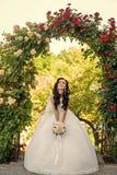 Kobieta z suknią i przesłona przy różanym bukietem obraz stock