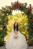 Kobieta z suknią i przesłona przy różanym bukietem zdjęcia royalty free