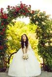 Kobieta z suknią i przesłona przy różanym bukietem obraz royalty free