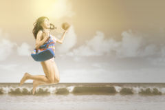 Kobieta z swimsuit doskakiwaniem przy nadmorski Zdjęcie Royalty Free