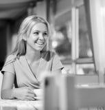 Kobieta z szczęśliwą twarzą gorącego napój na przerwy damie w klasyk sukni chwytów filiżance kawy zdjęcie royalty free