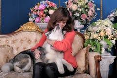 Kobieta z szczeniaka Malamute Zdjęcia Royalty Free