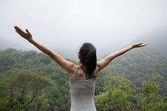 Kobieta z szeroko rozpościerać rękami cieszy się widok Zdjęcie Royalty Free