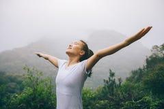 Kobieta z szeroko rozpościerać rękami cieszy się widok Fotografia Stock