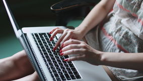 Kobieta z szkła działaniem na laptopie zbiory wideo