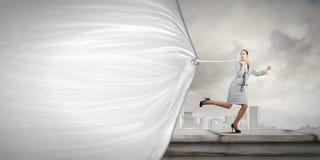 Kobieta z sztandarem obrazy stock