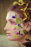 Kobieta z sztuki modą uzupełniał na twarzy brązowy linii abstrakcyjne tła zdjęcie Zdjęcia Stock