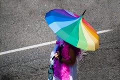 Kobieta z tęcza parasolem podczas dumy parady fotografia royalty free