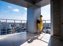 Kobieta z telefonem i plecakiem w mieście 04 Zdjęcia Stock