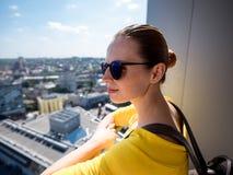 Kobieta z telefonem i plecakiem w mieście 03 Obrazy Royalty Free
