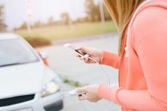 Kobieta z telefonem i władza deponujemy pieniądze bawić się mobilne gry zdjęcie stock