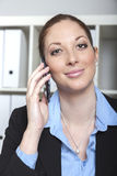 Kobieta z telefonem przy biurem Zdjęcie Stock