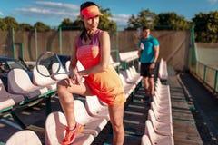Kobieta z tenisowego kanta pozami na podium Obrazy Stock