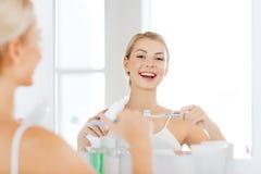 Kobieta z toothbrush cleaning zębami przy łazienką Obraz Royalty Free
