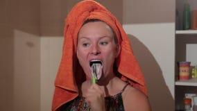 Kobieta z toothbrush Kobiet spojrzenia w muśnięcie zęby i lustro zdjęcie wideo