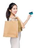 Kobieta z torba na zakupy i kredytową kartą Obraz Stock