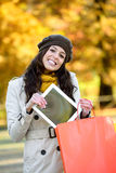 Kobieta z torba na zakupy i pastylką w jesieni Fotografia Stock