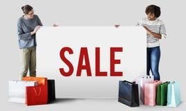 Kobieta z torba na zakupy i sprzedaży deska fotografia stock