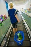 Kobieta z torba na zakupy w sklepie na schodkach zdjęcia royalty free