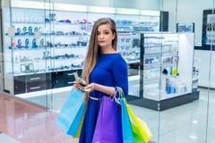 Kobieta z torbami liczy dolary obraz royalty free