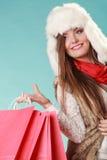 Kobieta z toreb robić zakupy tła pięknej mody dziewczyny odosobniona biały zima Obraz Royalty Free