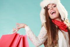 Kobieta z toreb robić zakupy tła pięknej mody dziewczyny odosobniona biały zima Zdjęcia Stock
