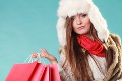 Kobieta z toreb robić zakupy tła pięknej mody dziewczyny odosobniona biały zima Zdjęcia Royalty Free