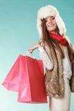 Kobieta z toreb robić zakupy tła pięknej mody dziewczyny odosobniona biały zima Obrazy Royalty Free