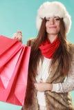 Kobieta z toreb robić zakupy tła pięknej mody dziewczyny odosobniona biały zima Fotografia Royalty Free