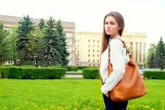 Kobieta z torebką Fotografia Royalty Free