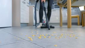 Kobieta z trudnością usuwa muśnięcie od drymby próżniowy czysty i vacuuming kuchennej podłogi bez go zbiory