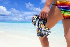 Kobieta z trzepnięcie klapami na plaży Zdjęcia Royalty Free