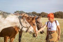 Kobieta z trzy koniami w wsi fotografia stock