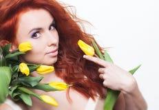 Kobieta z tulipanowymi kwiatami obraz stock