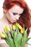 Kobieta z tulipanowymi kwiatami zdjęcie stock