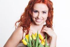 Kobieta z tulipanowymi kwiatami obrazy stock