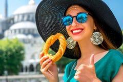 Kobieta z tureckim bagel w Istanbuł Fotografia Royalty Free